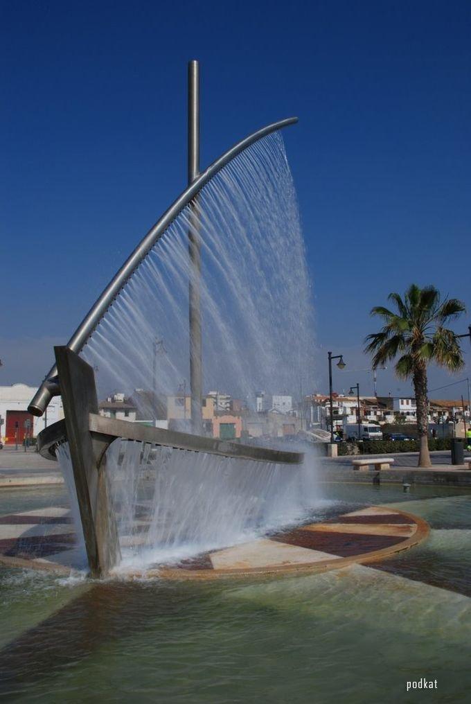 Необычный фонтан в Испании
